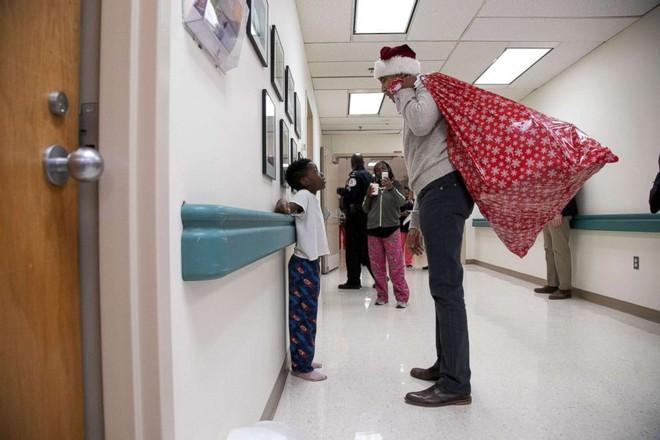 Cựu Tổng thống Obama hoá trang thành ông già Noel đến bệnh viện tặng quà cho các em nhỏ - Ảnh 10.