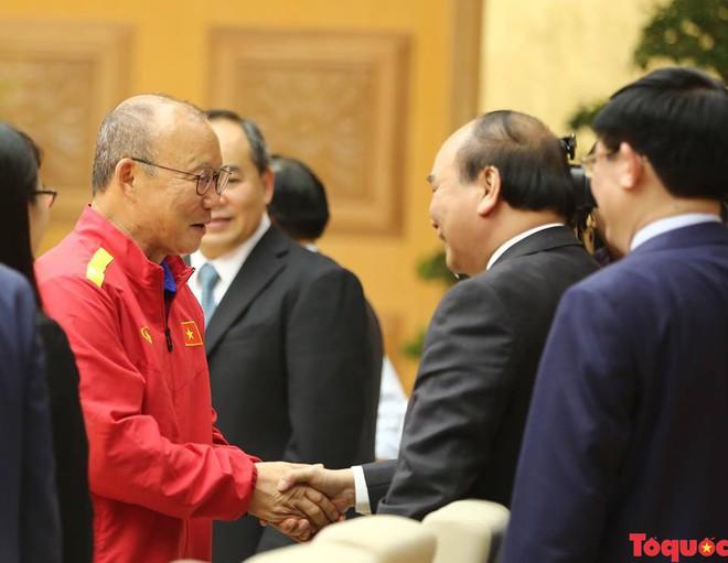 Thủ tướng Nguyễn Xuân Phúc gặp mặt Đội tuyển bóng đá Việt Nam - Ảnh 1.