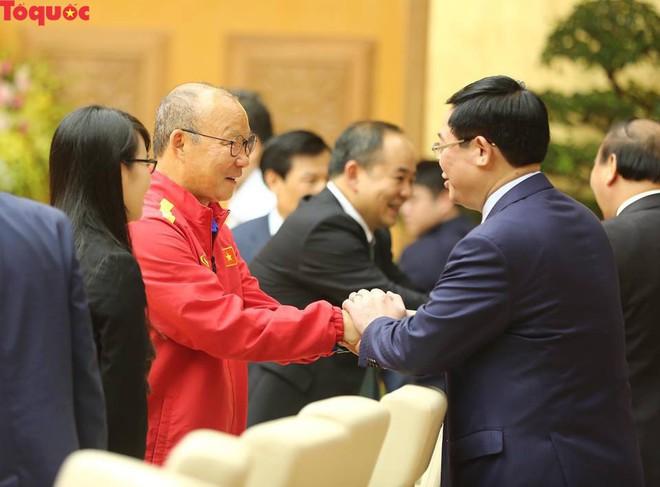 Thủ tướng Nguyễn Xuân Phúc gặp mặt Đội tuyển bóng đá Việt Nam - Ảnh 2.