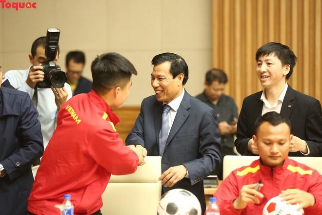 Thủ tướng Nguyễn Xuân Phúc gặp mặt Đội tuyển bóng đá Việt Nam - Ảnh 3.