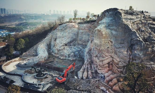 7 ngày qua ảnh: Trung Quốc khoét núi để tạc tượng sư tử khổng lồ - Ảnh 1.