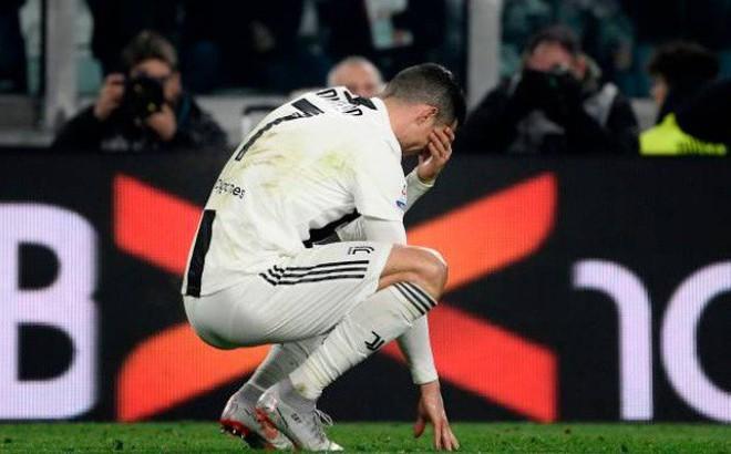 """Ronaldo """"nổi điên"""", trút giận lên cột dọc trong ngày bị thần may mắn ngoảnh mặt"""