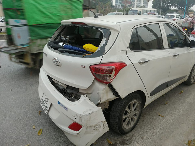 Ô tô đâm liên hoàn trên phố Hà Nội, 2 xe sang Mercedes và BMW hư hỏng nặng - Ảnh 2.