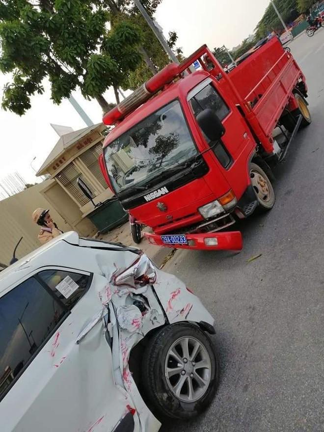 Ô tô đâm liên hoàn trên phố Hà Nội, 2 xe sang Mercedes và BMW hư hỏng nặng - Ảnh 3.