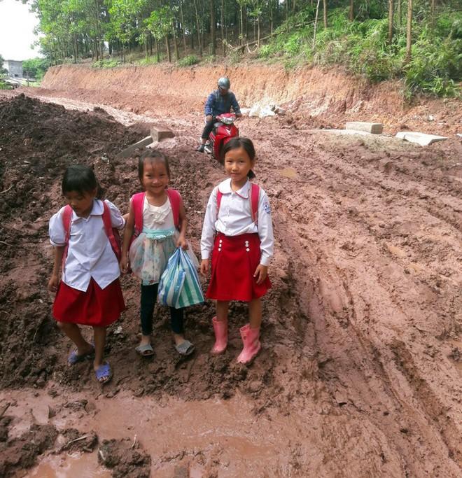 Trẻ em Tri Lễ miệt mài đến lớp trong giá rét - Ảnh 1.