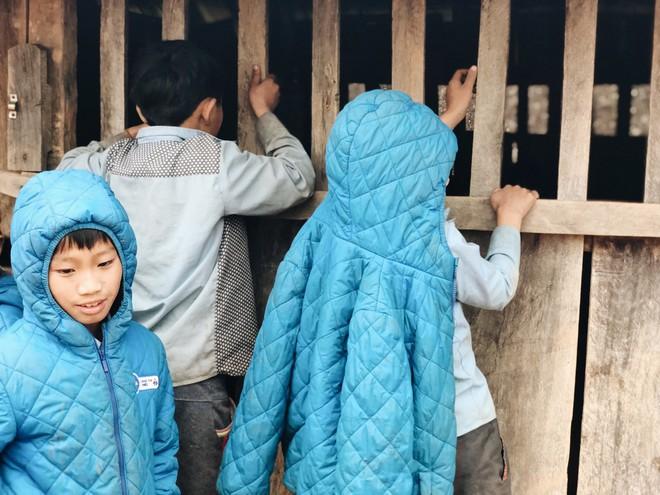 Trẻ em Tri Lễ miệt mài đến lớp trong giá rét - Ảnh 2.