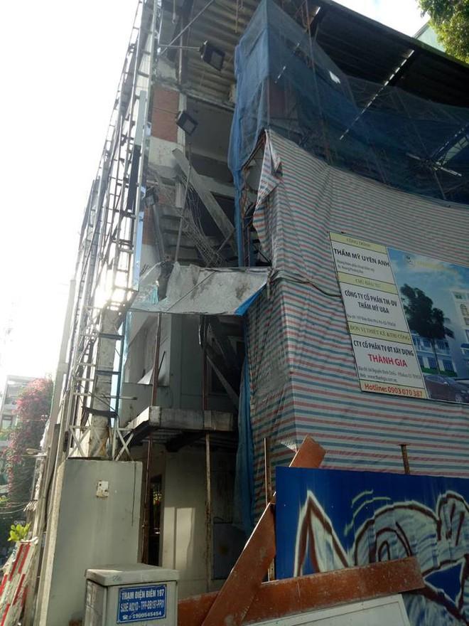 Sập công trình ở Sài Gòn, 3 người thương vong - Ảnh 1.