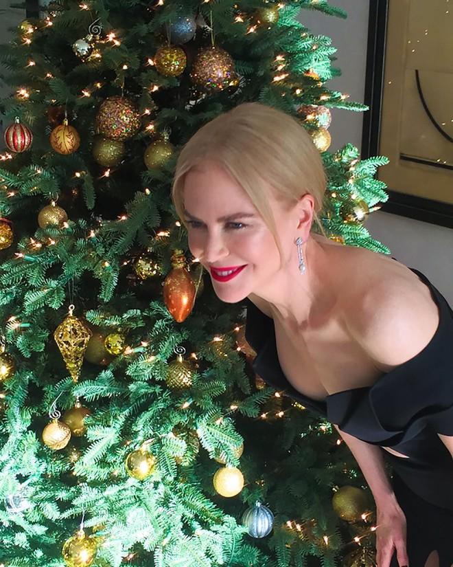 Loạt sao Âu Mỹ trang trí lộng lẫy đón Giáng Sinh 2018, riêng Kylie Jenner chơi lớn khi mua xe hơi mini tặng con gái nhỏ - Ảnh 1.