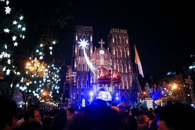 Nhà thờ lớn Hà Nội chật cứng người trong đêm Giáng sinh - Ảnh 1.