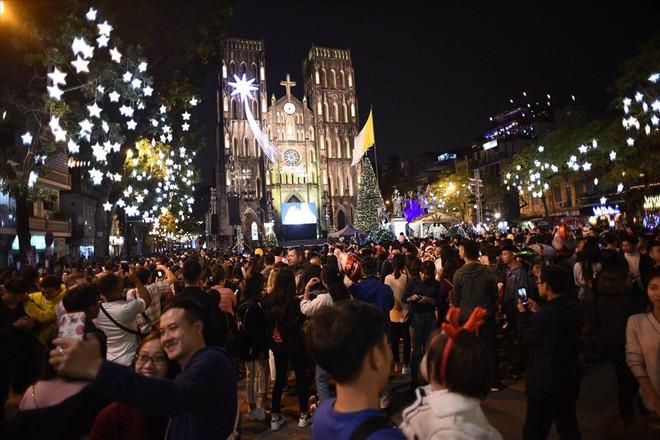 Nhà thờ lớn Hà Nội chật cứng người trong đêm Giáng sinh - Ảnh 2.