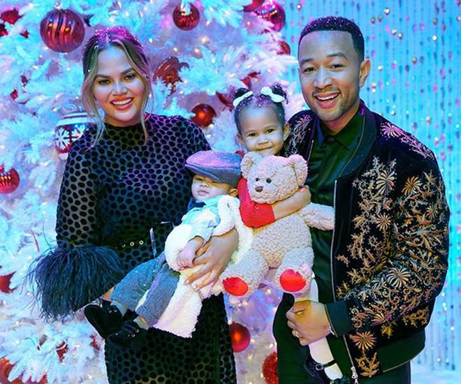 Loạt sao Âu Mỹ trang trí lộng lẫy đón Giáng Sinh 2018, riêng Kylie Jenner chơi lớn khi mua xe hơi mini tặng con gái nhỏ - Ảnh 11.