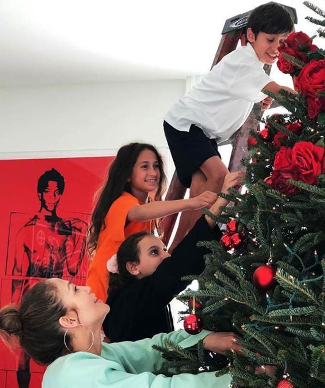 Loạt sao Âu Mỹ trang trí lộng lẫy đón Giáng Sinh 2018, riêng Kylie Jenner chơi lớn khi mua xe hơi mini tặng con gái nhỏ - Ảnh 14.