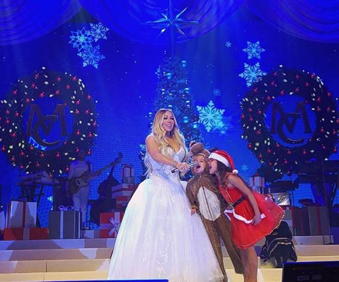 Loạt sao Âu Mỹ trang trí lộng lẫy đón Giáng Sinh 2018, riêng Kylie Jenner chơi lớn khi mua xe hơi mini tặng con gái nhỏ - Ảnh 4.