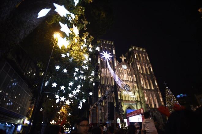 Nhà thờ lớn Hà Nội chật cứng người trong đêm Giáng sinh - Ảnh 5.