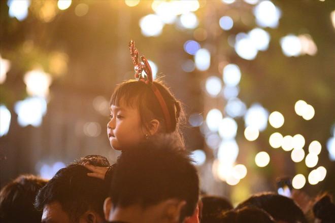 Nhà thờ lớn Hà Nội chật cứng người trong đêm Giáng sinh - Ảnh 7.