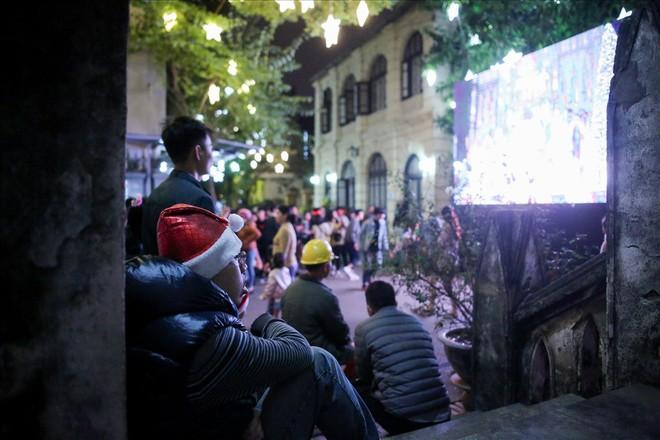 Nhà thờ lớn Hà Nội chật cứng người trong đêm Giáng sinh - Ảnh 8.