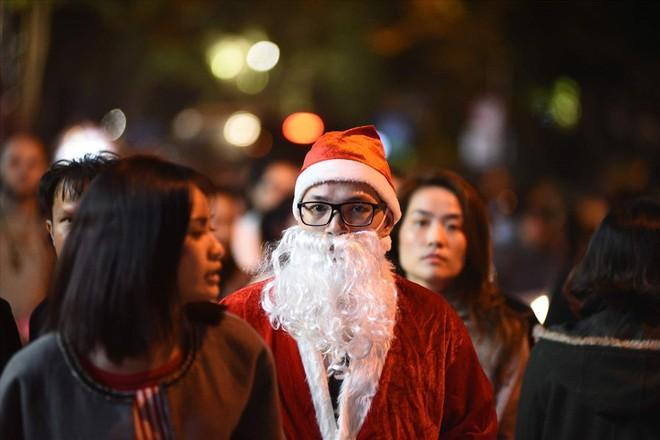 Nhà thờ lớn Hà Nội chật cứng người trong đêm Giáng sinh - Ảnh 9.