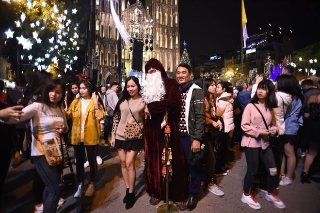 Nhà thờ lớn Hà Nội chật cứng người trong đêm Giáng sinh - Ảnh 10.