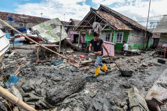 24h qua ảnh: Dung nham phun trào dữ dội từ núi lửa Anak ở Indonesia - Ảnh 10.