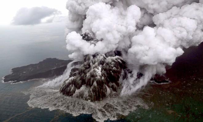 24h qua ảnh: Dung nham phun trào dữ dội từ núi lửa Anak ở Indonesia - Ảnh 6.