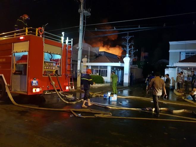 400 chiến sĩ chữa cháy tại công ty nhựa ở Khu công nghiệp Trà Nóc - Cần Thơ - Ảnh 1.