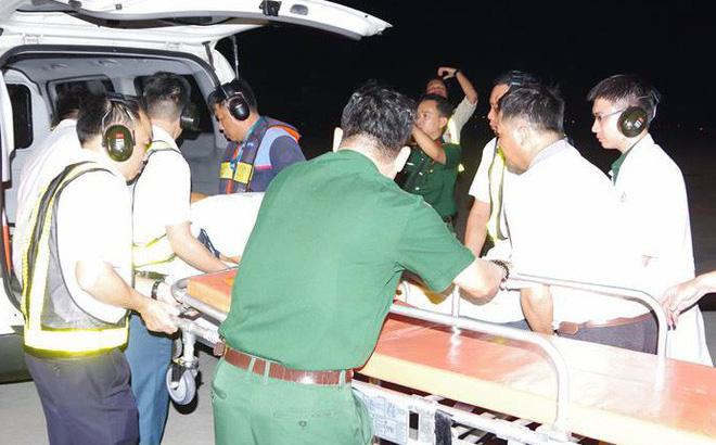Trực thăng bay xuyên đêm đưa công nhân từ Trường Sa vào bờ cấp cứu