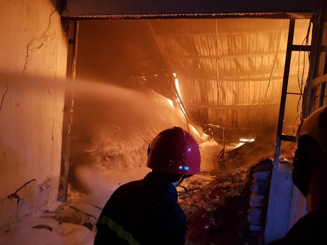 400 chiến sĩ chữa cháy tại công ty nhựa ở Khu công nghiệp Trà Nóc - Cần Thơ - Ảnh 9.
