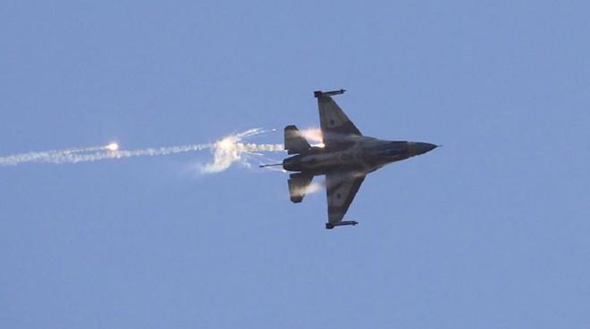 Israel tung đòn tập kích bất ngờ: Hàng loạt kho tên lửa, sở chỉ huy QĐ Syria bị phá hủy - Ảnh 1.