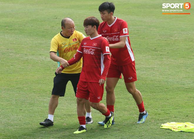 HLV Park Hang-seo nghiêm khắc uốn nắn Minh Vương, tận tình hỏi thăm sức khỏe học trò - Ảnh 1.