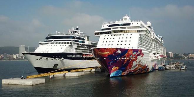 Ảnh: Cận cảnh hai du thuyền 5 sao chở gần 8.000 du khách quốc tế đến Hạ Long - Ảnh 1.