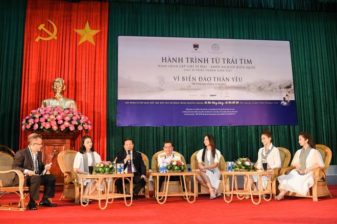 Hoa hậu Tiểu Vy cùng các người đẹp tặng sách cho Học viện Hải quân Nha Trang - Ảnh 1.