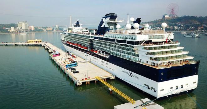 Ảnh: Cận cảnh hai du thuyền 5 sao chở gần 8.000 du khách quốc tế đến Hạ Long - Ảnh 11.