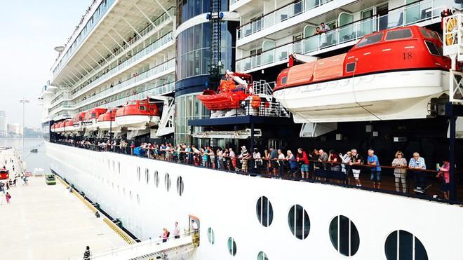 Ảnh: Cận cảnh hai du thuyền 5 sao chở gần 8.000 du khách quốc tế đến Hạ Long - Ảnh 12.