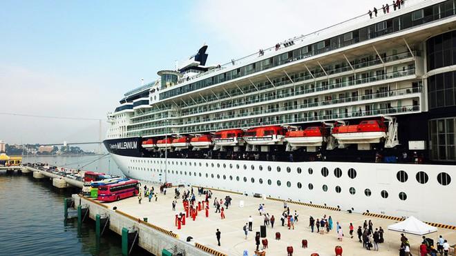 Ảnh: Cận cảnh hai du thuyền 5 sao chở gần 8.000 du khách quốc tế đến Hạ Long - Ảnh 14.