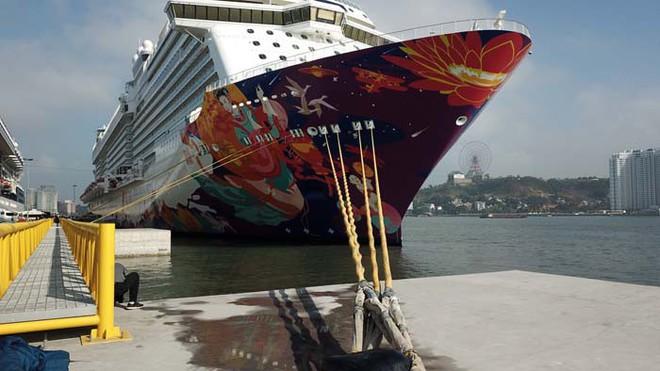 Ảnh: Cận cảnh hai du thuyền 5 sao chở gần 8.000 du khách quốc tế đến Hạ Long - Ảnh 3.