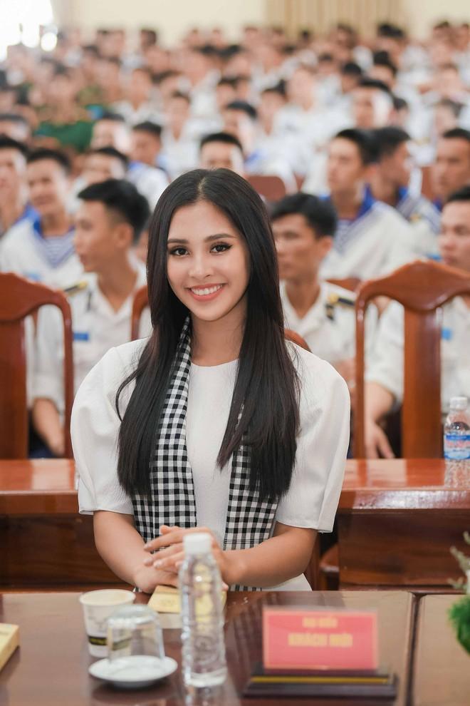 Hoa hậu Tiểu Vy cùng các người đẹp tặng sách cho Học viện Hải quân Nha Trang - Ảnh 2.