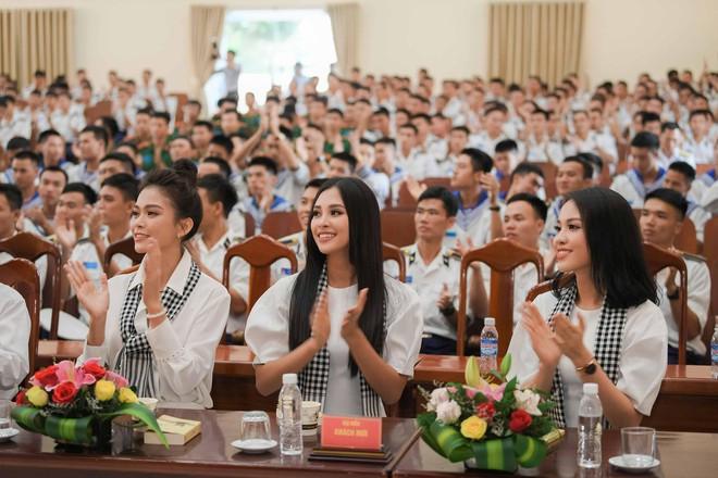 Hoa hậu Tiểu Vy cùng các người đẹp tặng sách cho Học viện Hải quân Nha Trang - Ảnh 3.
