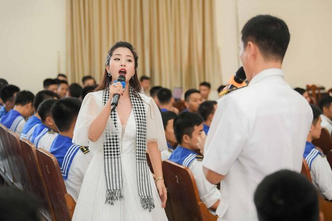 Hoa hậu Tiểu Vy cùng các người đẹp tặng sách cho Học viện Hải quân Nha Trang - Ảnh 5.
