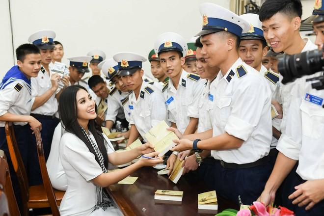 Hoa hậu Tiểu Vy cùng các người đẹp tặng sách cho Học viện Hải quân Nha Trang - Ảnh 6.