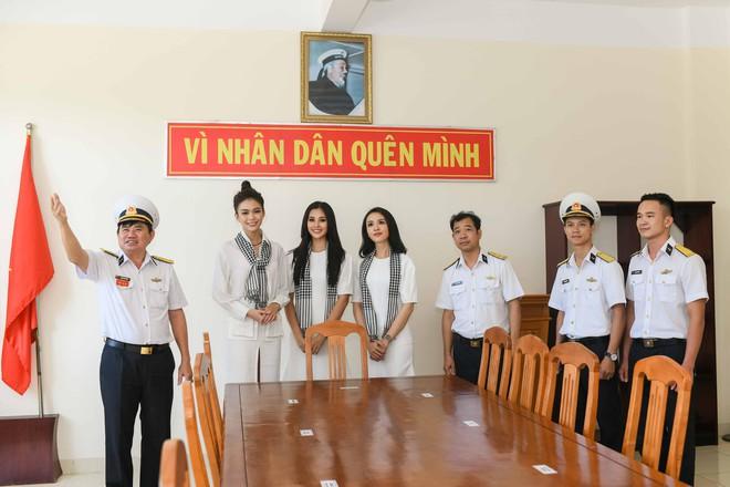 Hoa hậu Tiểu Vy cùng các người đẹp tặng sách cho Học viện Hải quân Nha Trang - Ảnh 7.