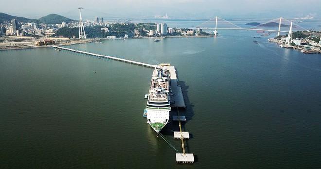 Ảnh: Cận cảnh hai du thuyền 5 sao chở gần 8.000 du khách quốc tế đến Hạ Long - Ảnh 10.
