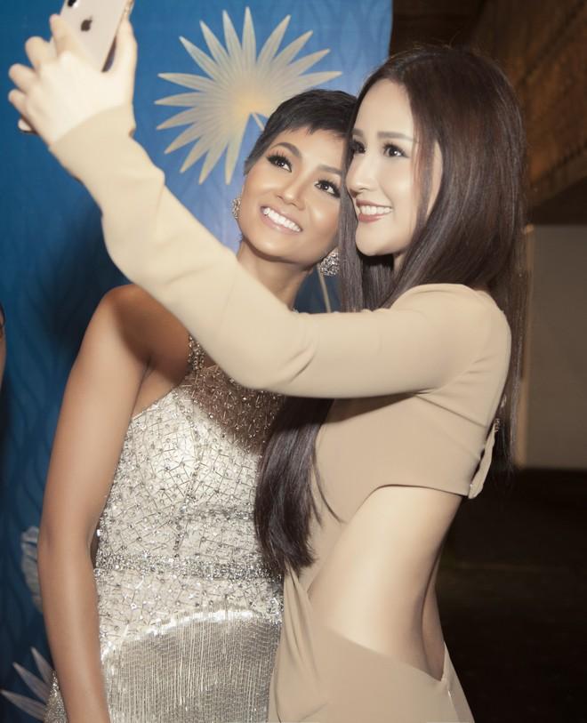 Hoa hậu Mai Phương Thúy mặc đầm gợi cảm, đọ sắc bên HHen Niê - Ảnh 5.