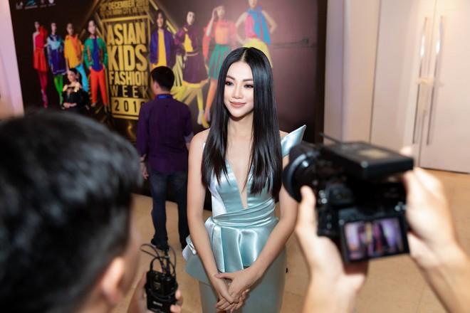 Hoa hậu Trái đất Phương Khánh xuất hiện xinh đẹp, cá tính khi làm vedette - Ảnh 1.