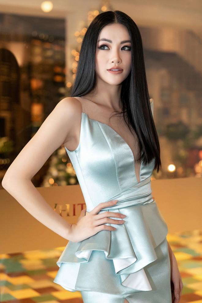 Hoa hậu Trái đất Phương Khánh xuất hiện xinh đẹp, cá tính khi làm vedette - Ảnh 2.