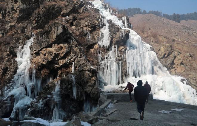 24h qua ảnh: Nước nóng đóng băng ngay giữa trời lạnh giá ở Trung Quốc - Ảnh 7.