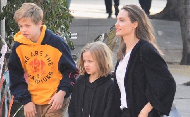 Con gái tomboy của Angelina Jolie nổi bật giữa các chị em với đôi chân dài trông như siêu mẫu tương lai