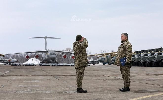[ẢNH] Quân đội Ukraine nhận quà Giáng sinh siêu khủng từ Tổng thống Petro Poroshenko - Ảnh 1.