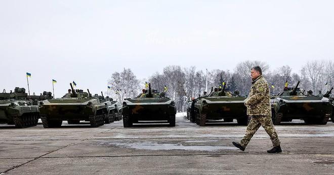 [ẢNH] Quân đội Ukraine nhận quà Giáng sinh siêu khủng từ Tổng thống Petro Poroshenko - Ảnh 2.