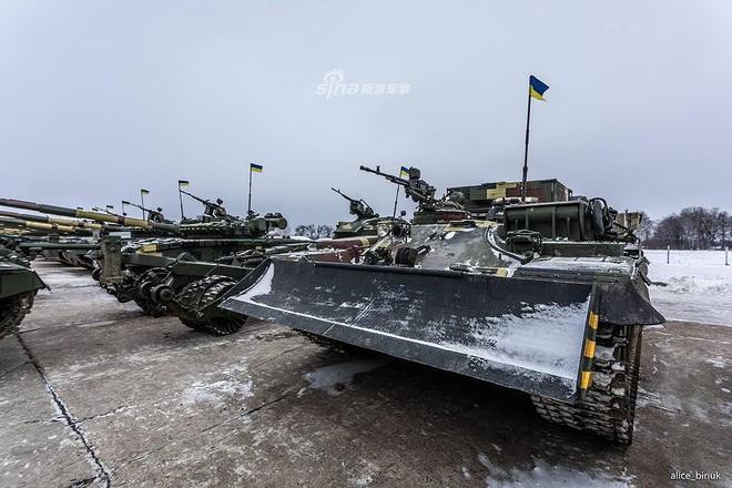 [ẢNH] Quân đội Ukraine nhận quà Giáng sinh siêu khủng từ Tổng thống Petro Poroshenko - Ảnh 16.