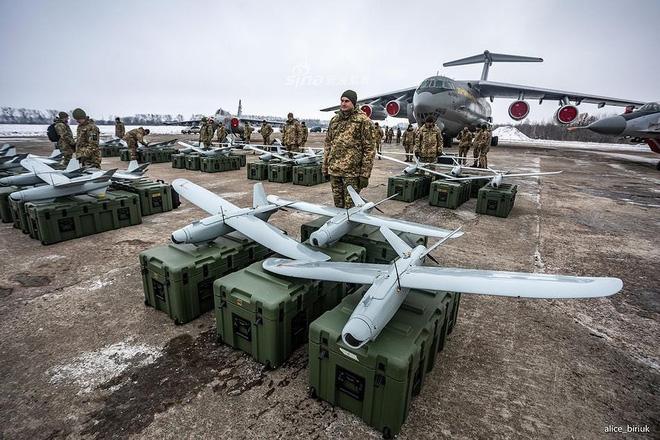 [ẢNH] Quân đội Ukraine nhận quà Giáng sinh siêu khủng từ Tổng thống Petro Poroshenko - Ảnh 3.